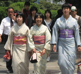 3_girls_in_kimonos_blog